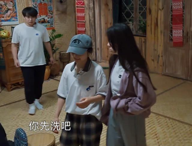 张子枫晚上不想洗头,当她一早起来那一刻,这发型我不厚道的笑了